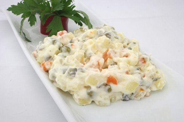 Любимые новогодние салаты с майонезом нельзя хранить дольше 12 часов даже в холодильнике.