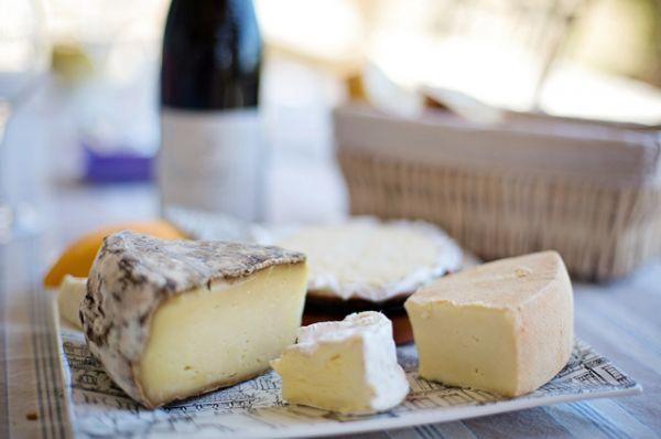 Сыр. Будьте очень внимательны с молодыми сырами, изготовленными в домашних условиях. Например, фета — отличная почва для размножения патогенных бактерий.