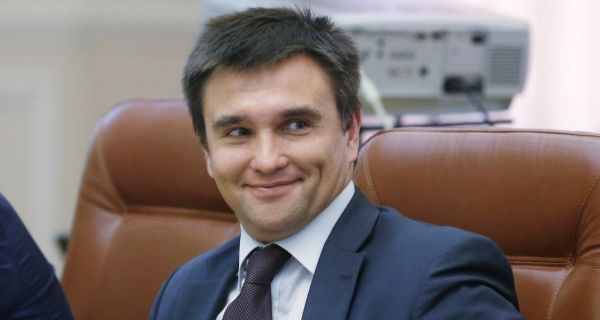 Министр иностранных дел Павел Климкин обычно выглядит на всех фото серьезным, но здесь он выглядит так, будто «стреляет глазами» какой-нибудь даме. Забавное фото