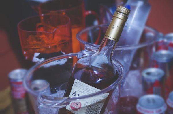 Алкоголь. Увы, в Новый год мы пьём много, а значит, некачественный алкоголь может нанести огромный вред организму вплоть до летального исхода. Надёжнее всего покупать алкоголь в хороших проверенных магазинах, которые заботятся о своей репутации. Там бутылки будут стоить дороже, зато риска гораздо меньше.