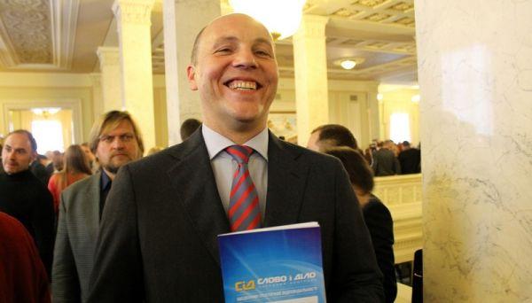 Такое ощущение, что Андрей Парубий, председатель Верховной Рады Украины получил не журнал, а миллиарды долларов. Или он просто радуется тому, что хоть где-то на одном фото с ним будет надпись, которая внушает уверенность в завтрашнем дне
