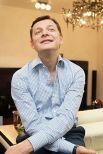 Тяжело определить, какие эмоции испытывает на фото лидер партии радикалов Олег Ляшко, но выглядит он очень фотогенично. Он будто собрался с вами поностальгировать по тем временам, когда доллар был по пять гривен
