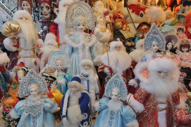 В веренице деревянных домиков на ярмарке можно найти самые разнообразные подарки.