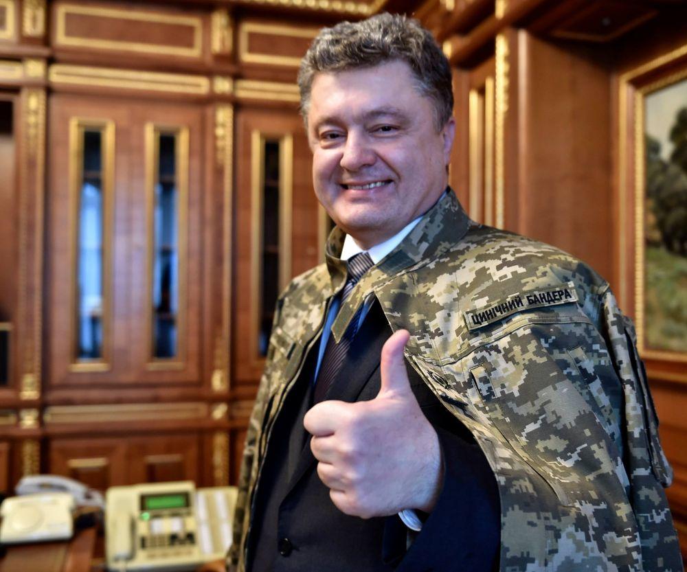 Улыбчивый президент Украины действительно имеет в своем гардеробе такой китель
