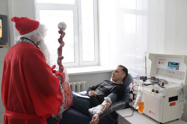 Все доноры получили поздравления и подарки от Деда Мороза.
