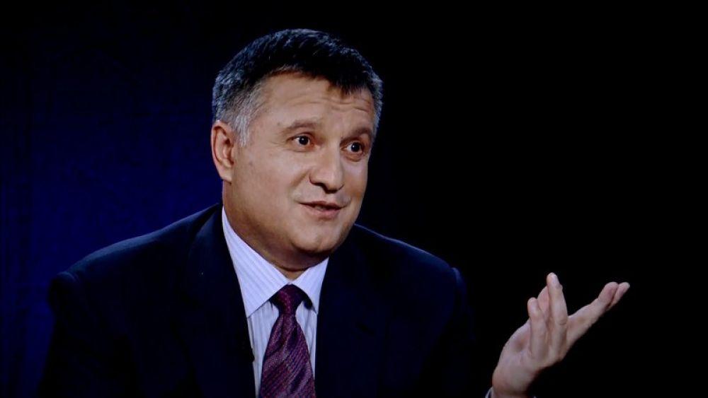 По лицу Арсена Авакова, министра внутренних дел Украины читается: «Вы же знаете, что я ничего не делал». Выглядит смешно, когда наши политики начинают оправдываться