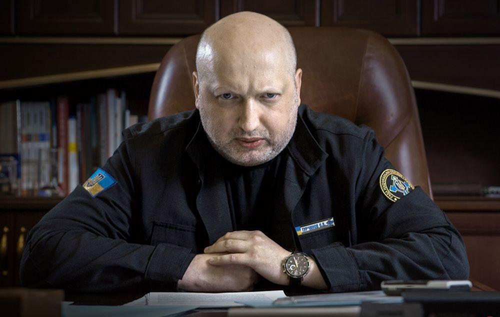 Секретарь СНБО Украины Александр Турчинов заставит вас почувствовать себя виноватыми в чем-угодно с помощью одного лишь взгляда из этого фото. Вроде, как вы ученик, а он, как директор вызвал вас в свой кабинет