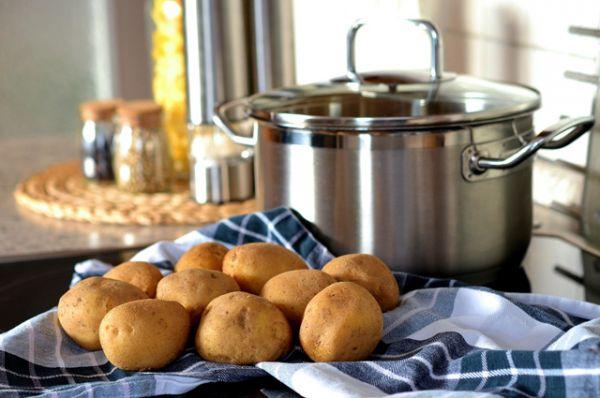 Картофель впитывает в себя всякую гадость. Например, патогенные микробы. Особенно опасен картофель в сложных майонезных салатах.