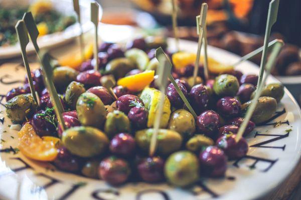 Маслины. Оказывается, недозрелые маслины красят в чёрный цвет глюконатом железа. А это ведёт к переизбытку железа в организме.