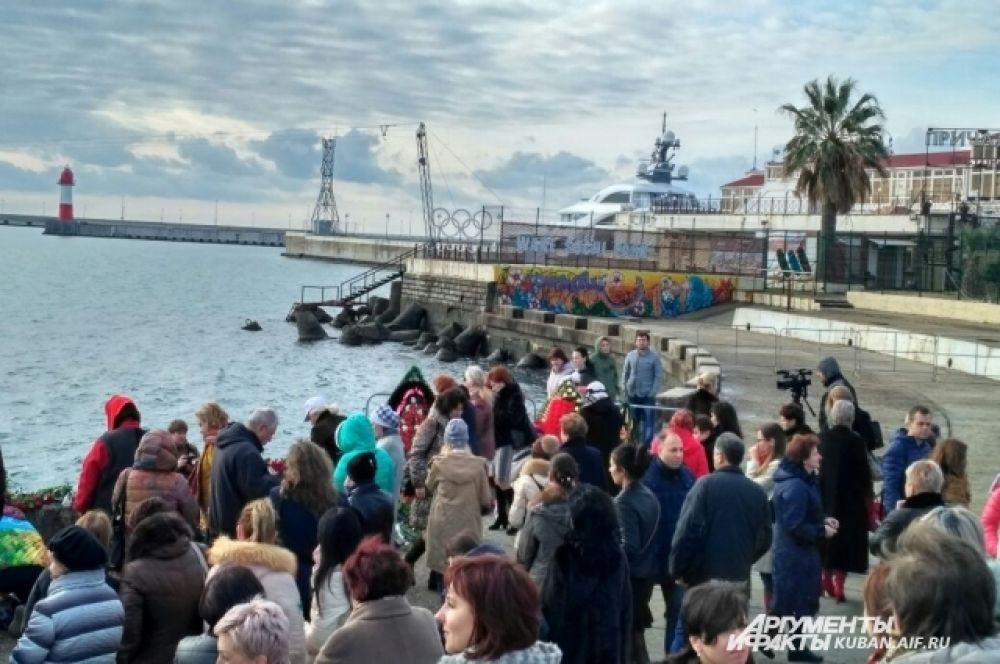 Столько людей пришло 26 декабря в Морской порт, чтобы почтить память погибших в авиакатастрофе.