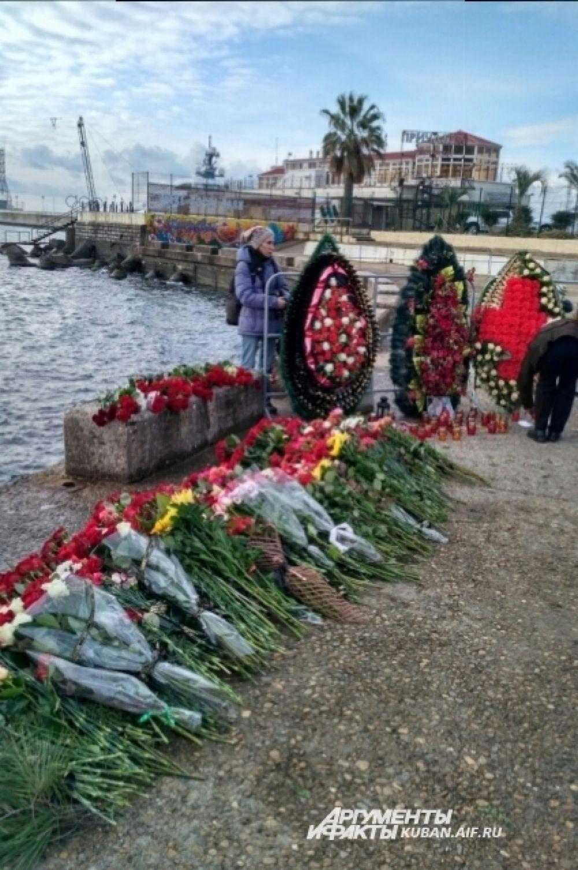 Венки и цветы у морского вокзала Сочи. Люди приносят их десятками.