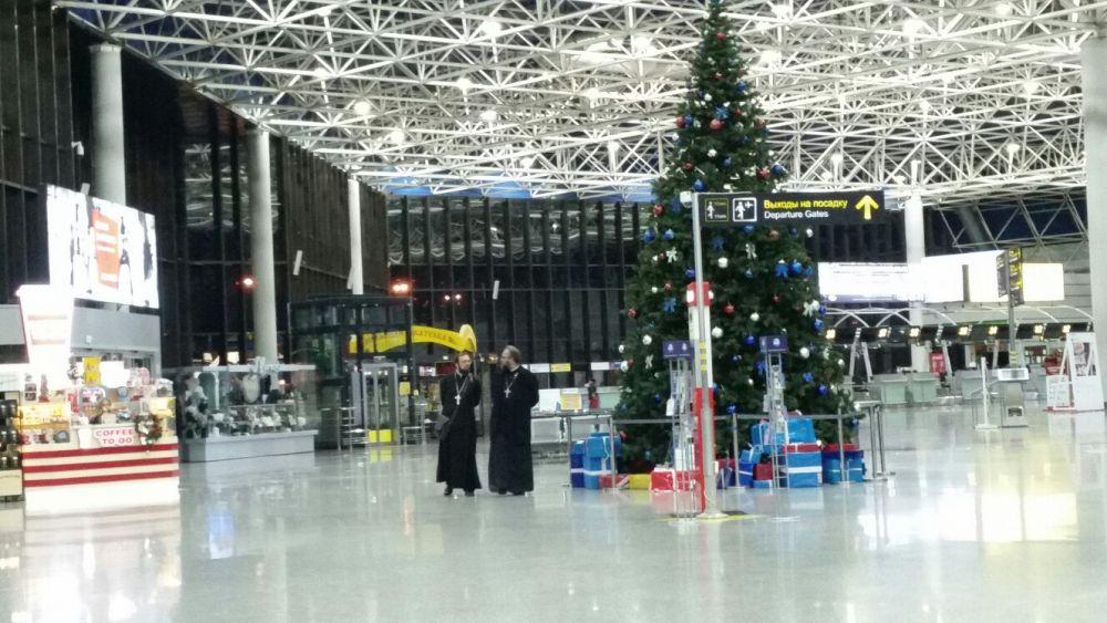 Елка в аэропорту Сочи уже установлена, но новогоднее настроение на курорте улетучилось.