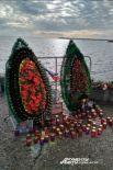 В Крыму венки в память о жертвах авиакатастрофы пустили по воде, в Сочи они стоят на берегу.