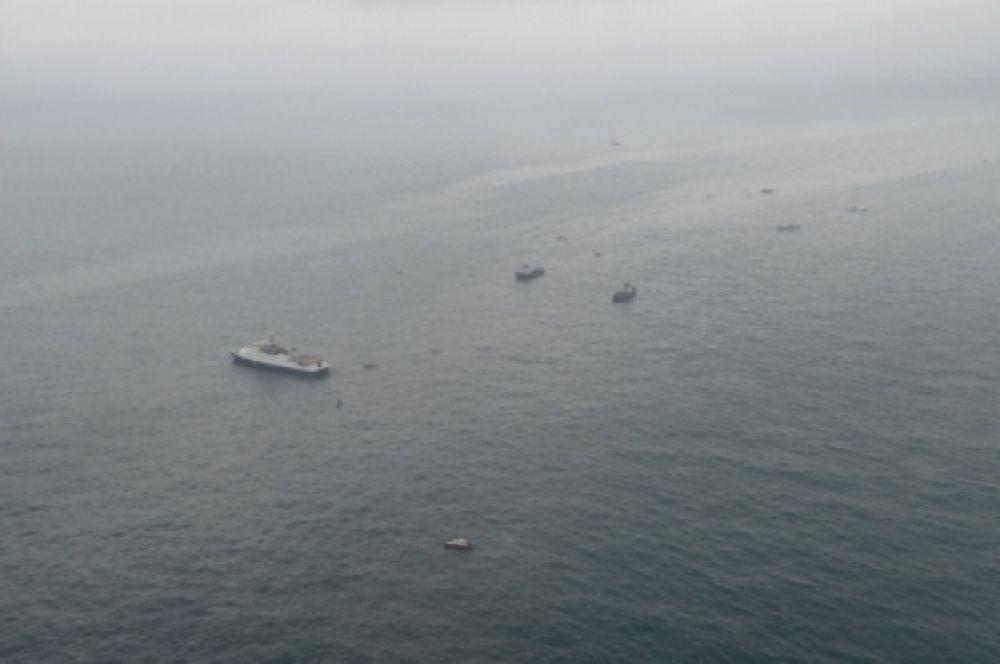Корабли МЧС уже проверили 100 квадратных километров акватории Черного моря.