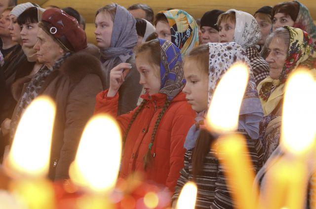 В храмах России состоялись панихиды по погибшим пассажирам и членам экипажа самолета Ту-154 Министерства обороны РФ.