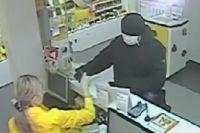 Полиция разыскивает мужчину, ограбившего магазин сотовых телефонов.