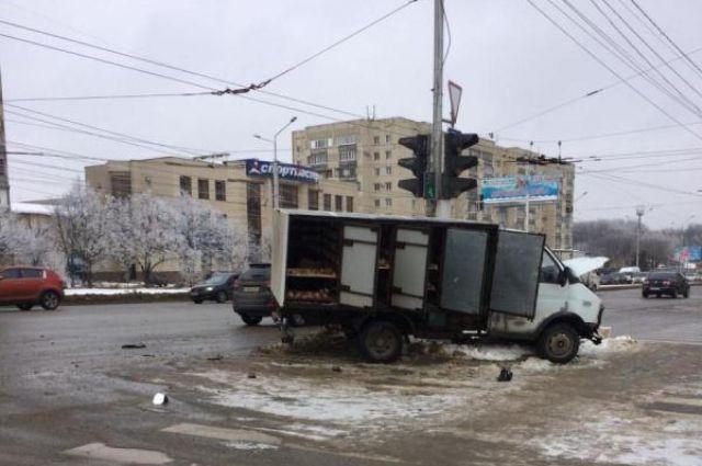 ВСтаврополе вДТП сучастием грузового автомобиля и«легковушки» пострадали два человека