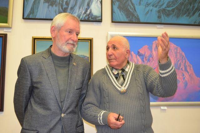 Федор Погосян (справа) на выставке своего ученика и друга Сергея Дудко - художника и альпиниста.