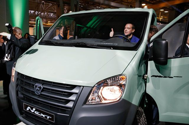 Председатель правительства РФДмитрий Медведев всалоне автомобиля «Газель Next» вовремя посещения Горьковского автомобильного завода.