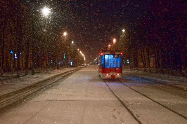Заезжать на трамвайные пути - опасно.