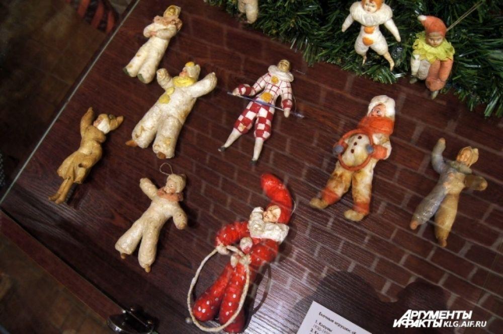 Собрание ёлочных игрушек из картона, стекла, ваты, папье-маше насчитывает десятки предметов и принадлежит калининградскому коллекционеру Лилии Гневко-Левко.