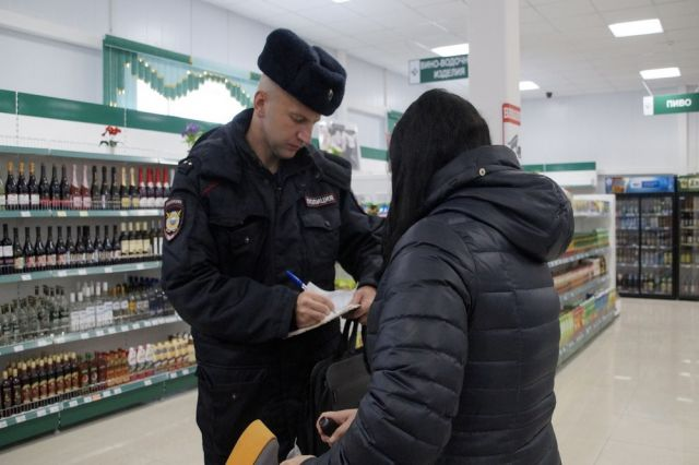 Участковый Алексей Чибизов заносит в протокол показания свидетельницы.