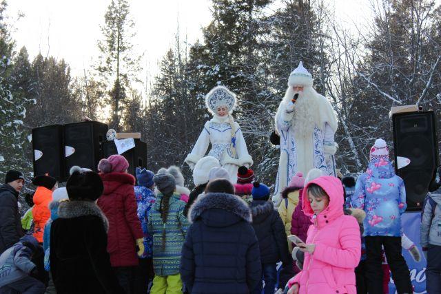 Поздравить с праздником Байкальского Деда Мороза приехали жители и гости Приангарья.