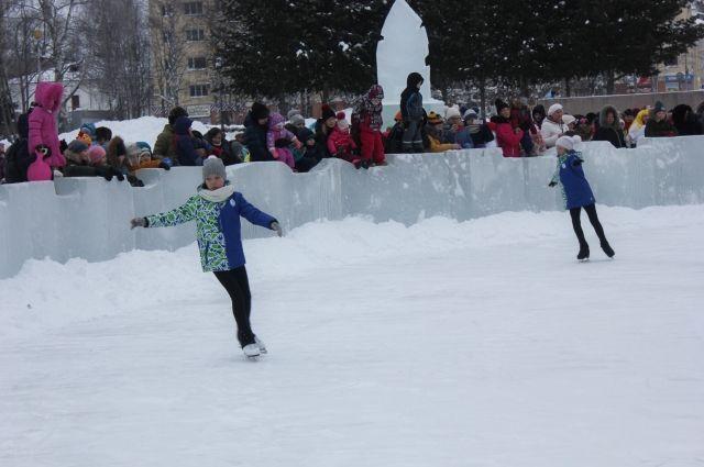 Кроме традиционных ледяных украшений на Стефановской площади в этом году есть каток.