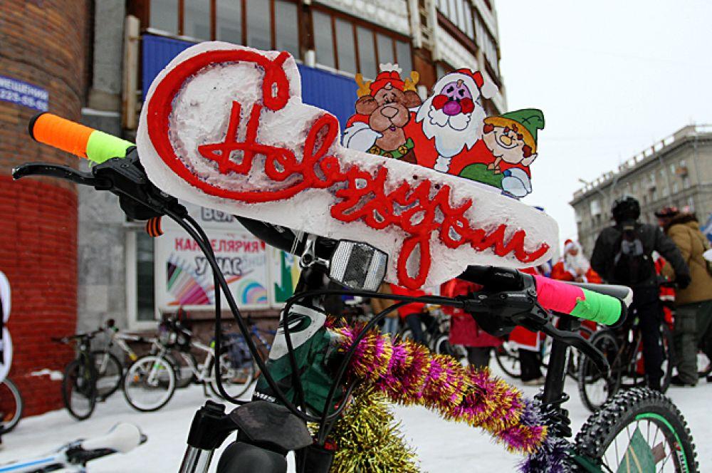 Организаторы флешмоба считают, что любой праздник совместим с велосипедом, в том числе, и Новый год