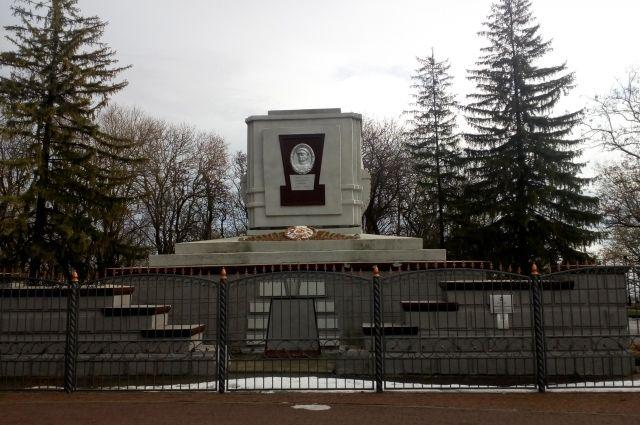 Генерал Апанасенко просил похоронить его в Ставрополе. Его могила находится на Крепостной горе.