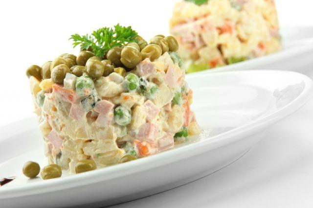 Лучше приготовить «Оливье» дома, чем купить готовый салат.
