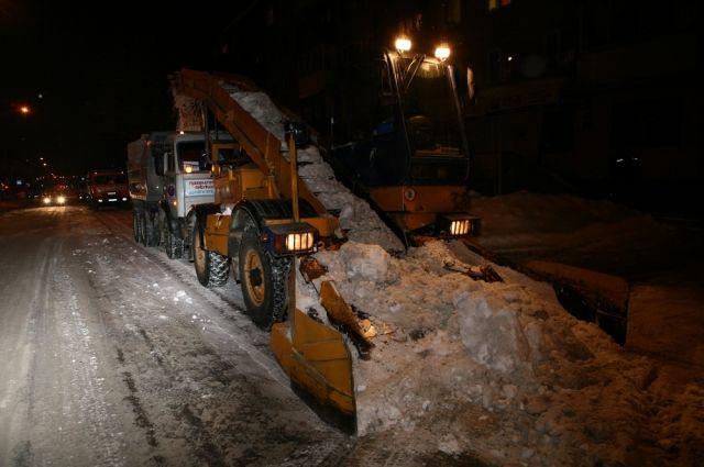 В праздничные дни в Кемерове продолжат убирать снег.