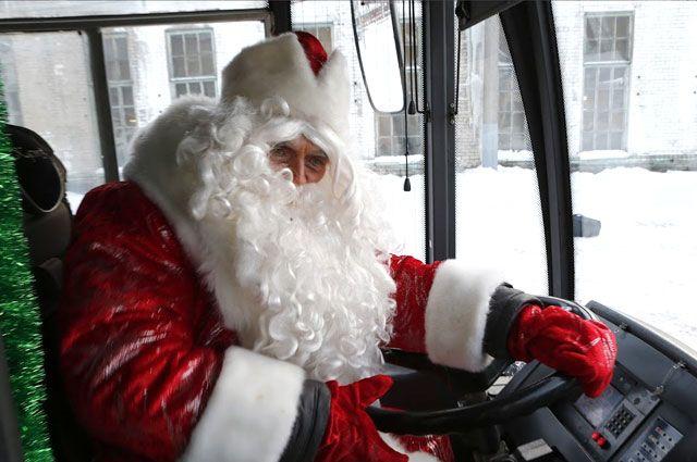 В Ярославле ради праздника Дед Мороз сел за руль троллейбуса.