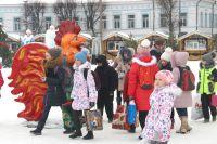У главной ёлки города на площади Ленина и в будни толпится народ и символ года пытается потереть за клюв и дёрнуть за хвост.