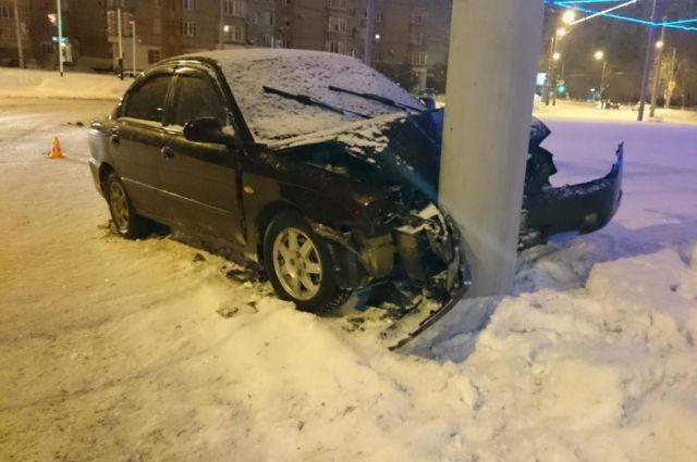В Оренбурге автомобиль«Kia» на улице Ленинской врезался в столб