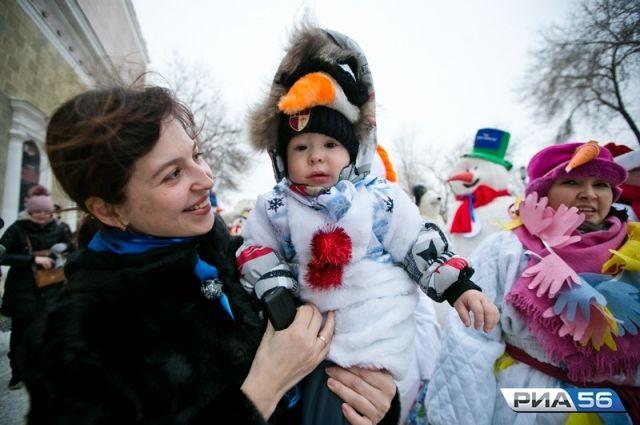 В Оренбурге снеговики и герои сказок прошли по улице Советской