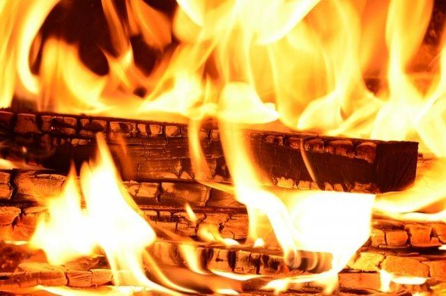 Ночью наАвангардной тушили крупный пожар наскладе