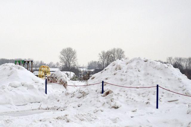 Во дворах обнаружились горы неубранного снега.