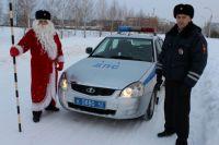 Инспектор Дед Мороз поздравил кемеровских водителей.