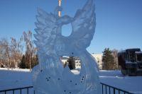 """Ледяная скульптура """"Жар-птица"""" на площади Сахарова"""