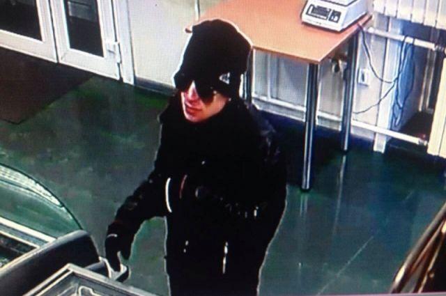 В Новокузнецке ищут налетчика на магазины.