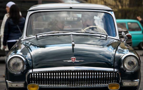 В 1956 году на смену «Победе» пришёл седан среднего класса «Волга» ГАЗ-21, претерпевший на пути к массовому производству ряд модернизаций.