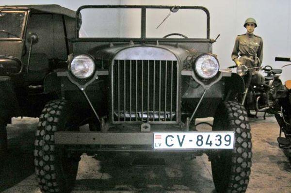 Перед самым началом Великой Отечественной войны на ГАЗе был создан армейский командирский полноприводный внедорожник ГАЗ-64. Первый автомобиль был выпущен в августе 1941 года, практически одновременно с выходом американского джипа «Willys-MA». При этом ГАЗ-64 превосходил американский аналог по многим параметрам.