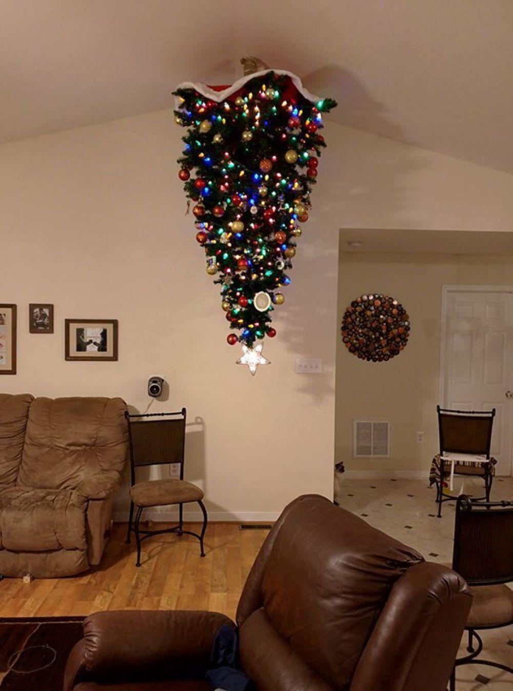 Самый надежный способ - это закрепить елку на... потолке