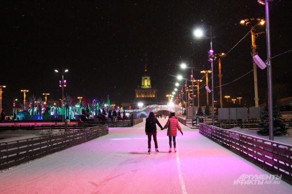 Самый большой по площади каток находится на ВДНХ. В новогодние праздники взрослый билет на утренний сеанс с 10:00 до 15:00 стоит 500 рублей, на вечерний сеанс с 17:00 до 23:00 — 650 рублей. Детский билет — 250 и 300 рублей соответственно.