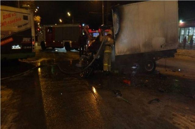 Спасали изогня: напроспекте Толбухина «Газель» вспыхнула после столкновения савтобусом
