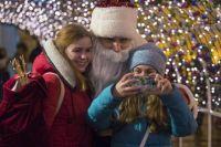 Кличко в костюме Дада Мороза фотографировался со всеми желающими