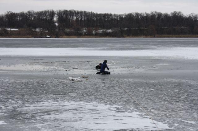 Двое парней вЗапорожье попали под лед, одного спасли