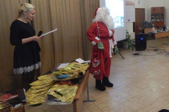Полицейский Дед Мороз лично провел аукцион.