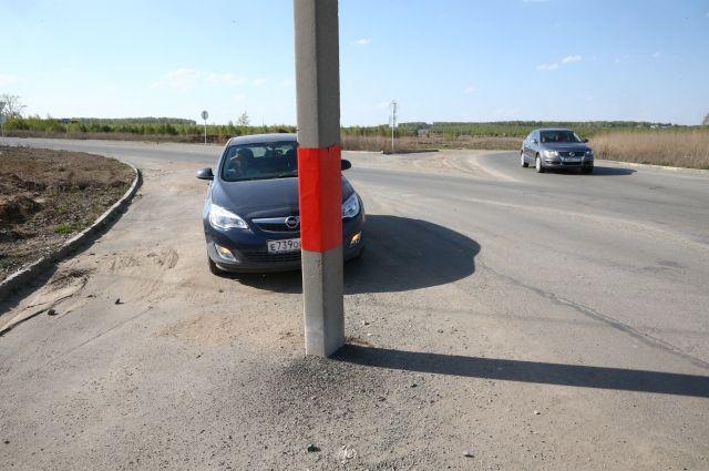 На подъезде к ОбьГЭС автомобиль врезался в столб